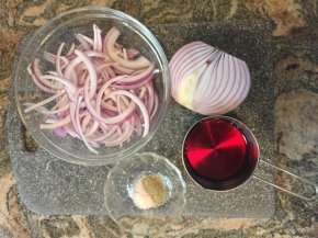 mom's quick pickled redonions